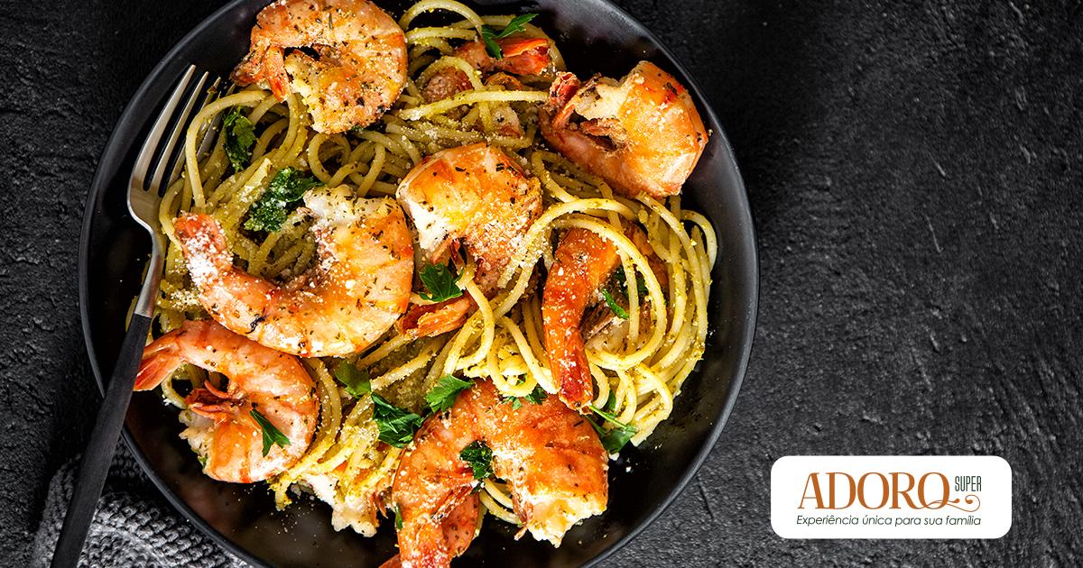 Receita de espaguete com camarão, azeite e manjericão